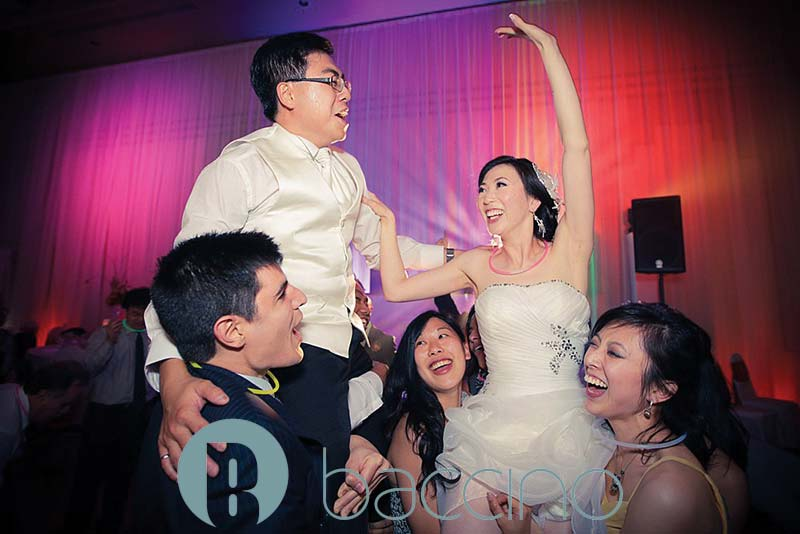 Jeunes mariés heureux au Château Royal